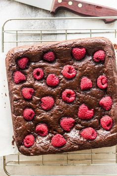 These vegan raspberry brownies are guaranteed to seduce you immediately due to their perfectly crackly tops and moist, gooey interior. Not only are they egg-free and dairy-free, but they are gluten-free to boot. Vegan Baking Recipes, Healthy Baking, Brownie Recipes, Chocolate Recipes, Patisserie Vegan, Lazy Cat Kitchen, Raspberry Brownies, No Bake Brownies, Vegan Treats