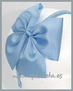 Diadema para niñas, de color azul celeste, disponible en www.pauleta.es #diademasparaniñas, #diademasparaelpelo, #diademaspauleta