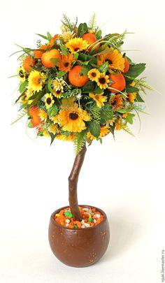 Купить или заказать Топиарий Мандариновый в интернет-магазине на Ярмарке Мастеров. Топиарий, или дерево счастья, выполнено в теплой желто - оранжевой гамме, позитивное и по - настоящему солнечное. В работе использованы искусственные (тканевые) цветы и зелень, муляжи мандаринов, а также сизалевое волокно. Все элементы топиария надежно закреплены.