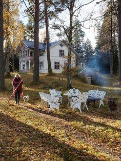 SEKELSKIFTE PÅ SVARTÖN: Ulla-Britt Englunds pampiga lantställe är ett sekelskifteshus som ligger på Svartön utanför Strömsund i Jämtland. Hon har som vanligt åkt hit med sin flotte med utombordare. Huset är välbesökt, Ulla-Britts dotter Johanna och hennes barn Thea och Smilla kommer gärna och hälsar på. Huset ligger uppe på en höjd med punschverandor åt två håll och med fantastisk utsikt över sjön | Ett reportage i Lantliv 10/2014 - via Made In Persbo