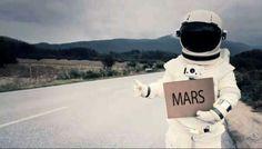 """Per Anhalter durch die Galaxis (auf dem Schild """"moon""""). Persönlicher Favorit für den Astronaut"""