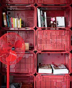 Faça você mesmo: mais uma ideia de estante, só que dessa vez feita com caixotes plásticos.