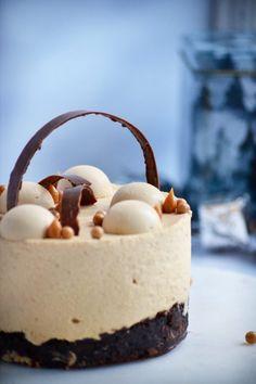 Nytårsaften nærmer sig og der skal derfor overvejs hvilken kage der skal serveres til dessert. En kage der altid er et hit er en brownie. En anden ingrediens der også altid er et hit er karamel. Denne kage er derfor... Fancy Desserts, Fancy Cakes, No Bake Desserts, Delicious Desserts, Baking Recipes, Cake Recipes, Dessert Recipes, Diy Dessert, Savory Cheesecake