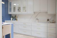 Projekt NAVY - granatowa, elegancka kuchnia w klasycznym stylu Kitchenaid, Colorful Interiors, Kitchen Design, Kitchen Cabinets, House, Colours, Home Decor, Decoration Home, Design Of Kitchen