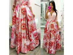 Dlhá kvetinová skladaná sukňa jezo saténu, ktorý krásne drží tvar. Zamilujete si moderné vrecká, ktoré sukni dodávajú originalitu. Vtejto sukni vykročíte na spoločenskú udalosť snádychom noblesy aluxusu. Pás nie je elastický, vzadu sa zapína zipsom. Skirts, Dresses, Fashion, Vestidos, Moda, Fashion Styles, Skirt, Dress