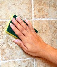 Sådan fjerner du kalken på badeværelset. Eddike og citronsyre er effektivt til at fjerne kalken på badeværelset. Men pas på, fordi det er ikke alle materialer, der tåler de sure midler.
