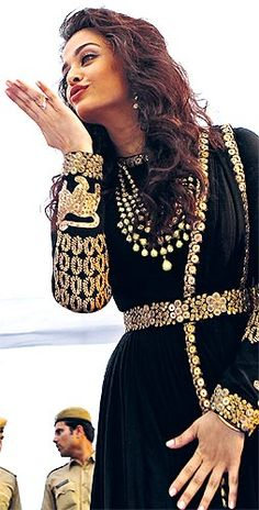 Aishwarya looked ravishing in a black floor length anarkali with beautiful golden jewellery. Her softly permed hair caught everyone's eye as she experimented with a new look leaving behind her usual straight-centre-parted hairdo.
