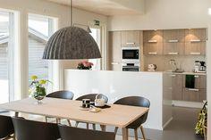 6 Särkänherra - Ruokailutila Kalajoen Loma-asuntomessut Dining Room, Kitchen, Table, Furniture, Home Decor, Kitchen Interior, Interiors, Cooking, Decoration Home