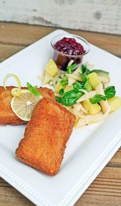 Panierter Allgäuer Emmentaler mit einem Acker-Birnen-Salat und Preiselbeeren