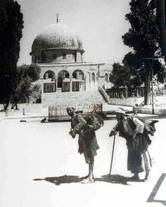 The water sellers on Temple Mount -Jerusalem - Palestine Palestine History, Israel Palestine, Jerusalem Israel, Terra Santa, Dome Of The Rock, Visit Israel, The Beautiful Country, Holy Land, Vintage Photographs