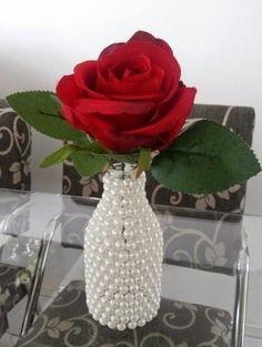 Diy - Existe algo mais romântico, tradicional e eterno do que pérolas? Decoração com Pérolas - pearls - faça você mesmo - Diy Bottle, Wine Bottle Crafts, Mason Jar Crafts, Bottle Art, Glass Bottle, Flower Vases, Flower Arrangements, Altered Bottles, Bottles And Jars