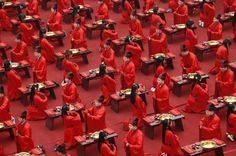 Pour célébrer dignement leurs mariages, ces 130 couples venus de toute la Chine, rêvaient de vivre cette cérémonie comme au temps de la dynastie des Han. Impossible, inimaginable même, il y a une dizaine d'années, leur souhait est devenu réalité le 1er mai dernier à Xian, dans la province du Shaanxi. Le choix de Xian n'est pas un hasard, puisque cette ville abrite le célèbre mausolée du fondateur de la Chine moderne, lempereur Qin,enterré avec ses milliers de guerriers d'argile.
