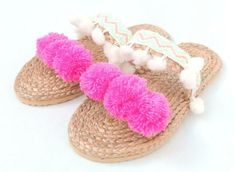 With zig zag foot band and white pompoms and toe band holding 3 big pink pompoms on front. These pair have a unique woven foot band with zigzag and white pompoms design and toe band featuring 3 big pink pompoms.
