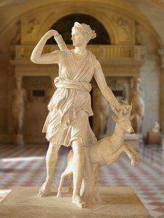 Diana de Versalles, una copia romana de un original griego del 330 antes de Cristo. AD (?), El Museo del Louvre. Deidad olímpica.