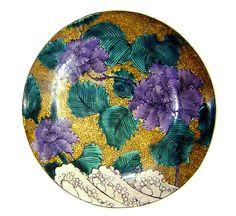 九谷焼。器の形自体は非常にシンプルであるが、繊細に描かれた柄が非常に美しい。