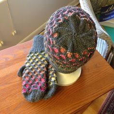 Ravelry: Newfoundland Mitts pattern by Gillian S. Knitted Mittens Pattern, Animal Knitting Patterns, Knit Mittens, Knitting Charts, Knitting Stitches, Knitting Socks, Free Knitting, Knitted Hats, Crochet Patterns