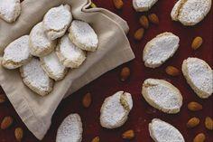 I ricciarelli sono biscotti di marzapane tradizionali, una ricetta tipica toscana diventata un dolce tradizionale delle feste natalizie.