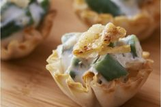 Enjoy classic, outsize flavor in bite-size form with these Garlic-Green Bean Casserole Bites. Ready for the oven in just ten minutes How To Cook Beans, What To Cook, Cream Cheese Sauce, Garlic Green Beans, French Fried Onions, Green Bean Casserole, Side Dish Recipes, Side Dishes, Kraft Recipes