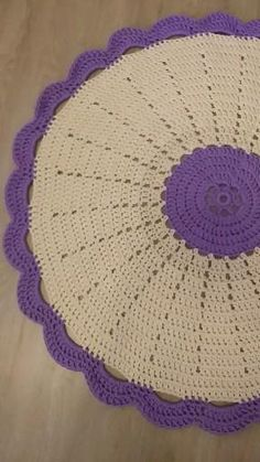 Crochet rug or doily pattern Diy Crochet Rug, Crochet Placemat Patterns, Crochet Coaster Pattern, Crochet Square Patterns, Crochet Doilies, Simple Crochet, Cotton Crochet, Crochet Table Runner, Braided Rugs