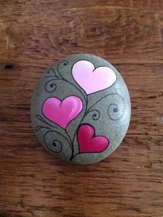 Smart Painted Rock - herz - Painting Tips Rock Painting Patterns, Rock Painting Ideas Easy, Rock Painting Designs, Paint Designs, Pebble Painting, Pebble Art, Stone Painting, Diy Painting, Painted Rocks Craft