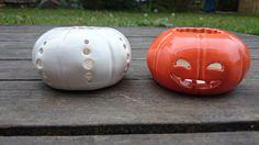 Små ljuspumpor / Pumpkin candle holders / Handgjord keramik / Handmade ceramics / dbME - design by Mona Elwing Pumpkin Candles, Diy Candle Holders, Diy Halloween, Pumpkin Carving, Pottery, Ceramics, Handmade, Design, Ceramica