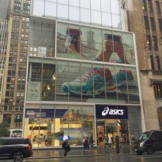 Otra tienda con gran diseño: Asics cerca de Times Square #retail #store #design #asics #nyc #manhattan #newyork #igers #igersnyc