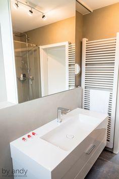Das Breite Waschbecken Mit Genügend Ablageplatz Rechts Und Links Ist Sowohl  Formschön Als Auch Praktisch.
