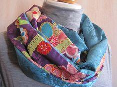 和柄と綸子生地のリバーシブルタイプのスヌードです。和柄は紫の地ににピンクを中心とした大小のお花が描かれたかわいらしい柄です。アクセントにちょっと珍しいイエロー...|ハンドメイド、手作り、手仕事品の通販・販売・購入ならCreema。