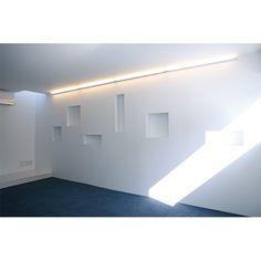 2階、ブルーの個室。壁面には飾り棚がリズミカルに並ぶ。