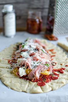 Pizza braised with dried tomatoes, raw ham and mozzarella Pizza Recipes, Appetizer Recipes, Cooking Recipes, Healthy Recipes, Italian Snacks, Italian Recipes, Pizza Food Truck, Feta Salat, Perfect Pizza