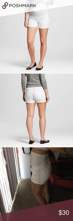 Liz Lange Maternity🌸 white shorts White over the belly maternity shorts. The good thing about these shorts is you can roll them to whatever length you want. These were my favorite pregnancy shorts. Liz Lange Shorts Jean Shorts