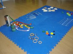 Juego Heurístico. Propuesta de juego con materiales no estructurados. La actividad consiste en dejar a los niños/as que exploren y combinen materiales libremente.