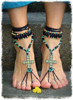 Босые сандалии бохо с мозаичными крестами.