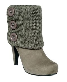 Knitting idea: Knit bootie warmers with buttons to add on to boots! Knitting idea: Knit bootie warmers with buttons to add on to boots! Guêtres Au Crochet, Crochet Boots, Knit Boots, Sweater Boots, Cute Shoes, Me Too Shoes, Leggings Gris, Crochet Boot Cuff Pattern, How To Wear Ankle Boots