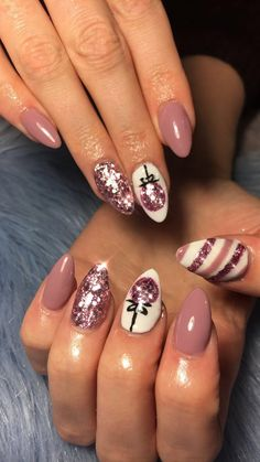 You probably started your shopping early and might even be on your second holiday nail set. You enjoy getting your nails done on the regular and take time to make sure they never look too grown out. Your medium nails are the perfect palate for a little light holiday nail art! Looking for a new style? Check out our top picks for your festivities!