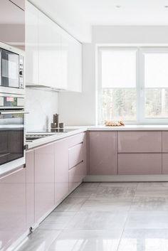 Beautiful pink and white high gloss kitchen! High Gloss Kitchen Cabinets, White Gloss Kitchen, Modern Kitchen Cabinets, Kitchen Cabinet Colors, Kitchen Room Design, Modern Kitchen Design, Dining Room Design, Home Decor Kitchen, Interior Design Kitchen