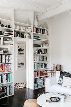 So sieht ein stylishes Bücherregal aus.  White, Nach Farben sortiert