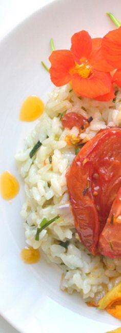 Risotto aux fleurs de capucines et courgettes Risotto, Grains, Rice, Ethnic Recipes, Food, Zucchini Flowers, Edible Flowers, Vegetarische Rezepte, Cooking Recipes