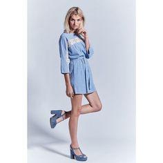 Sommerliches Kleid von Lykkelig im skandinavischen Stil. Mit angeschnittenem Ärmel, raffiniertem Transparenz-Effekt durch eingesetzes Spitzenband sowie Gummizug und Bindegürtel im Taillenbereich.