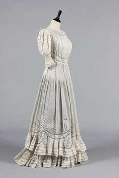 A Valenciennes lace inset summer gown with Laferriere label, 1905, Kerry Taylor Auctions