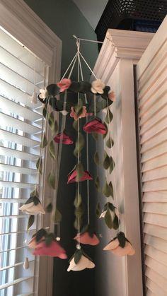 Diy Yarn Decor, Diy Crafts For Home Decor, Diy Room Decor, Nursery Decor, Paper Flowers Craft, Felt Flowers, Diy Flowers, Flower Mobile, Floral Nursery