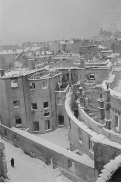 Warszawa, 1939 r. Zrujnowane oficyny Pałacu Prymasowskiego, siedziby Ministerstwa Rolnictwa i Reform Rolnych, widziane od ul. Koziej. źródło: NAC.