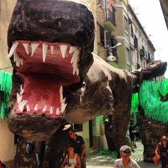 Jurassic del carrer Progrés, festes del barri de Gràcia 2013. Foto: Josep Rom #gracia #festes #agost