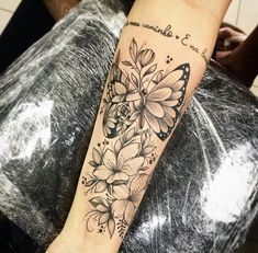 37 Tatuagens Florais nos Braços Fantásticas #tatuagensfeminina #tatuagenspequenas #tatuagensfeminas #tatuagensfrases #tatuagensfemininasfotos #tatuagensdelicadas #ideiasparatatuagens #tatuagensnasfotos #tatuagenscoloridas #tatuagens #tattoo #tattooforwomen #tattootiny #tattoosimple #inked #flores #bracos - Página 4 de 8 - 123 Tatuagens Half Sleeve Tattoos Forearm, Left Arm Tattoos, Quarter Sleeve Tattoos, Forarm Tattoos, Sleeve Tattoos For Women, Body Art Tattoos, Hand Tattoos, Tatoos, Pretty Tattoos