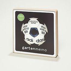besondere Geschenkidee für Fußballfans - Gartenmemo Fußball: originale Fußbälle der Weltmeisterschaften, Europameisterschaften und Olympiaden, 2 x 22 Karten à 20 x 20 cm