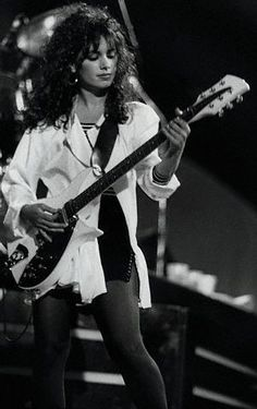 OF ALL FEMALE ROCK STARS SHE'S THE MAIN ONE TO ME OF ENDLESS BEAUTY AND SANSUAL EVERYTHING!!! Con razon me gusta alguien muy parecido a ella.... Wink Wink!