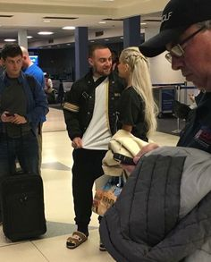 ariana and mac miller spottet in an airport, so cute. <3
