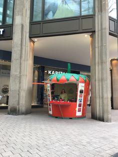 Unsere Werner Verkaufserdbeere in der Mönckebergstraße in Hamburg. Jukebox, Hamburg, Strawberries