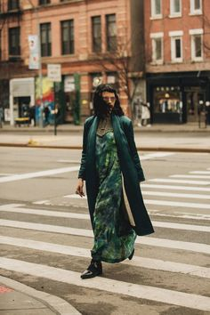 Street Style Takes A Practical Turn At New York Fashion Week New Yorker Street Style, New York Fashion Week Street Style, Fashion Week 2018, Street Style Edgy, New York Street, Cool Street Fashion, Street Styles, New York Girls, Zara