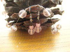 Schönes Set bestehend aus einer Flying Kette und einem passenden Paar Ohrhänger mit gefrosteten Glasperlen in Rosa. Hingucker ist auch der süße Herzve Pink, Matching Couples, Glass Beads, Couple, Necklaces, Nice Asses